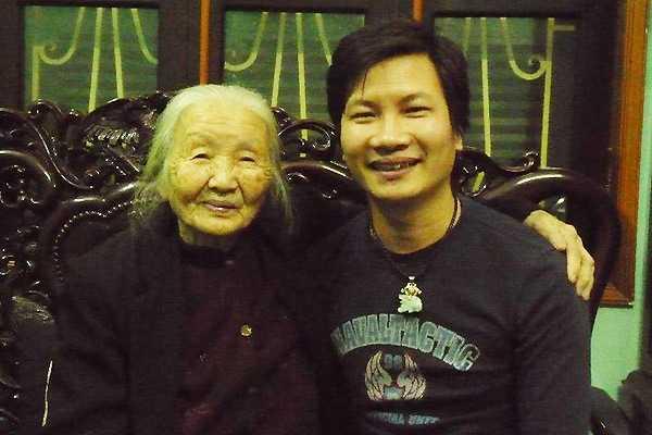 Nguyễn Phương Hải và bà nội.