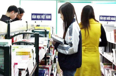 HS tìm mua các tài liệu liên quan đến kỳ tuyển sinh. (Ảnh: GDTĐ)