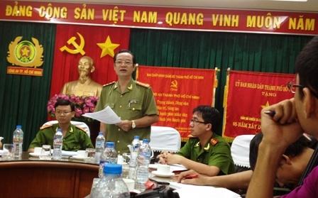 Đại tá Lê Anh Tuấn (người đứng) chủ trì buổi gặp gỡ báo giới tối 24/2