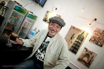 Nhạc sĩ Trần Tiến ngồi cafe ở một quán góc Hà Nội.