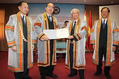 Chủ tịch Đại học Naresuan GS. Chanawongse trao bằng Tiến sĩ danh dự ngành Quản lý giáo dục cho Phó Thủ tướng Nguyễn Thiện Nhân.