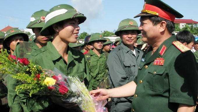 Trung tướng Ngô Xuân Lịch, chủ nhiệm Tổng cục Chính trị Quân đội nhân dân Việt Nam, tặng hoa động viên các tân binh ở thị xã Chí Linh, tỉnh Hải Dương năm 2011 - Ảnh: TTXVN