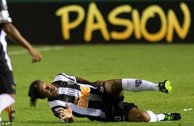 Ronaldinho may mắn thoát nạn