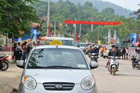 Taxi dù nhận chở khách lên đỉnh núi thăm tượng đài Thánh Gióng - Ảnh: Linh San