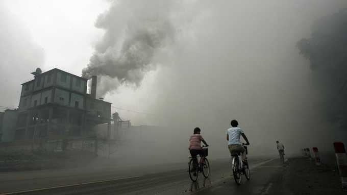 Người dân đạp xe trong khói bụi ở khu vực cách Bắc Kinh 100km