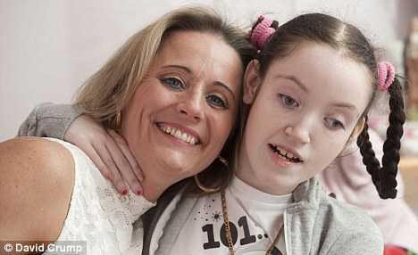 Cô bé Bridget đáng thương bên cạnh mẹ trong những ngày cuối đời