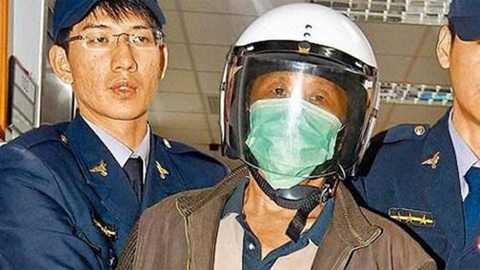 Hoàng Đông Hòa (giữa) bị cảnh sát giải đi sau khi gây án