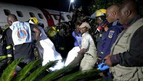 Lực lượng cứu hộ đang mang một thi thể ra khỏi hiện trường tai nạn máy bay