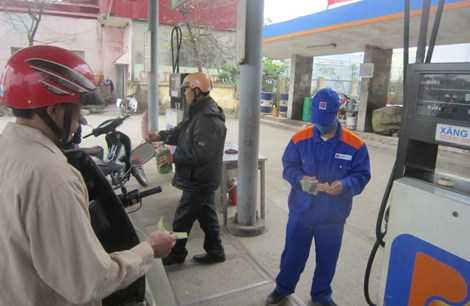 Một số người dân đã mang can đi mua xăng tích trữ. Ảnh: Đặng Tiến