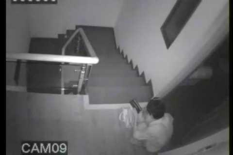 Trộm ngồi đếm tiền ngay trong nhà nạn nhân