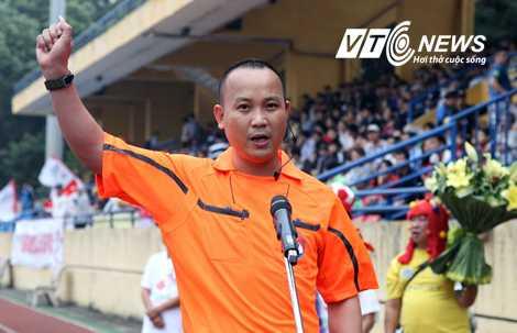 Trọng tài Nguyễn Văn Kiên tuyên thệ trước trận HN T&T-HAGL (Ảnh: Q.M)