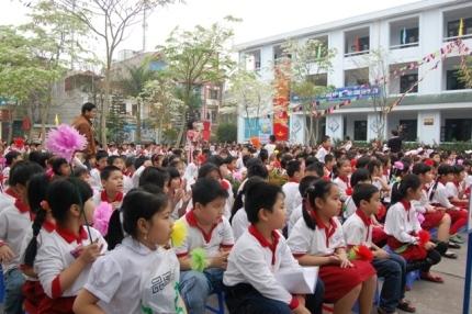 Các em học sinh trường tiểu học Hạ Đình vui tươi trong buổi lễ.
