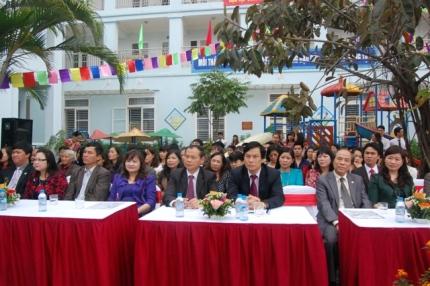 Lãnh đạo quận ủy, UBND quận Thanh Xuân tới chia vui cùng trường tiểu học Hạ Đình.