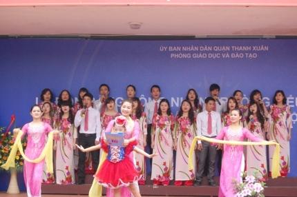 Tiết mục văn nghệ do thầy cô giáo trường tiểu học Hạ Đình dàn dựng.