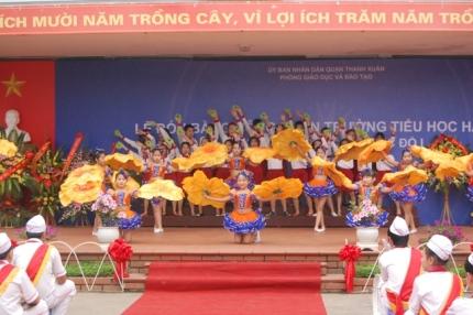 Học sinh trường tiểu học Hạ Đình thể hiện tài năng trong buổi lễ.