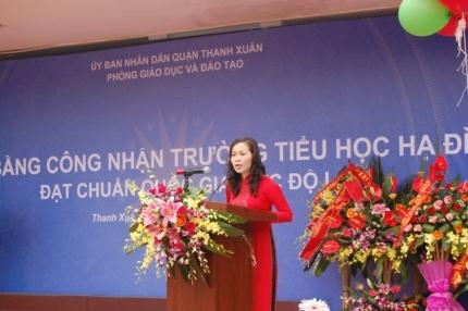Bà Phạm Thanh Hương - Hiệu trưởng trường tiểu học Hạ Đình nói về quá trình phấn đấu của tập thể cán bộ, giáo viên trong việc công nhận trường chuẩn Quốc Gia.