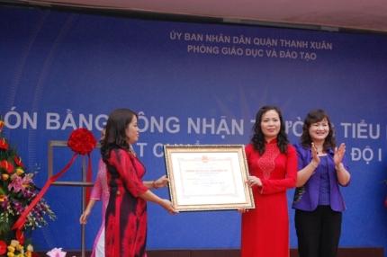 Lãnh đạo quận ủy Thanh Xuân trao bằng công nhận đạt chuẩn Quốc Gia cho thầy trò trường tiểu học Hạ Đình.