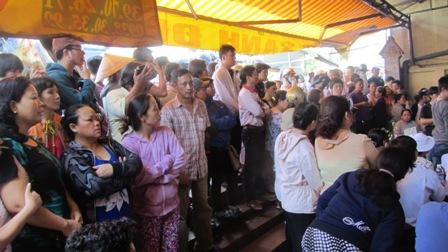 Rất đông người dân đến tiễn đưa gia đình nạn nhân