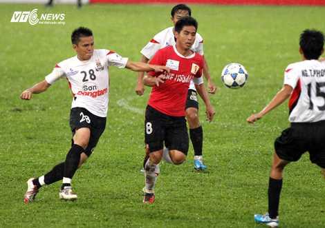 Việt Thắng trong màu áo V.Ninh Bình từng chống lại đội bóng cũ Đồng Tâm Long An (Ảnh: Quang Minh)