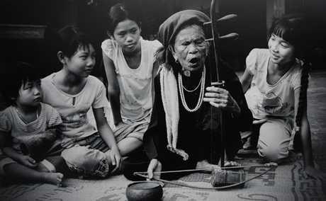 Nghệ sỹ Hà Thị Cầu trao truyền nghệ thuật dân gian cho thế hệ trẻ.