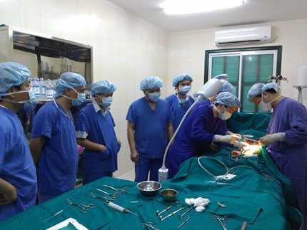 Đặt Stent graft cho bệnh nhân bị vỡ động mạch chủ bụng. Ảnh: bác sĩ cung cấp.