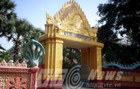 Rắn thần Naga ở cổng chùa Dơi. Ảnh: Phạm Ngọc Dương