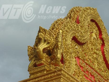 Rắn Naga thường được đắp ở cổng chùa, mái chùa. Ảnh Phạm Ngọc Dương
