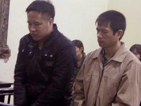Bị cáo Nam (phải) và Vinh tại tòa.
