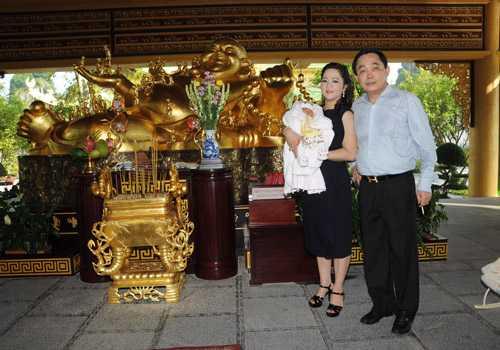 Hình ảnh mới nhất của vợ chồng ông chủ khu du lịch Đại Nam Huỳnh Uy Dũng - Nguyễn Phương Hằng và con trai mới sinh.