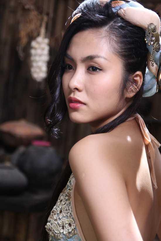 """Linh Lan chiếm được cảm tình đặc biệt của Kiều Thị (Thanh Hằng), và được mỹ nhân """"cao thủ"""" nhất của Đường Sơn Quán đích thân luyện rèn võ nghệ."""
