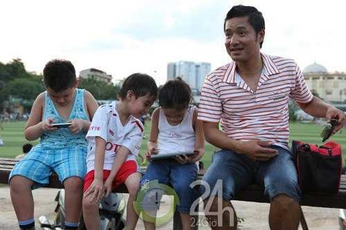 Con trai Nguyễn Sỹ Gia Khánh (áo xanh)