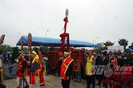 Lễ rước Linh ứng Thần Bút từ trong Từ đường họ Mạc ra Khu tưởng niệm Vương Triều Mạc - Ảnh Minh Khang