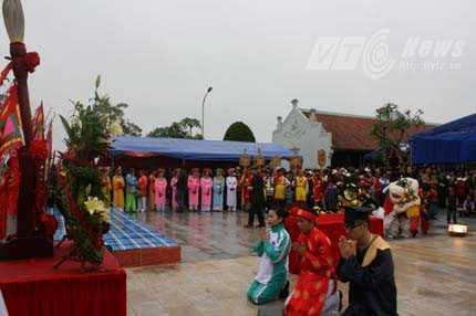 2 học sinh giỏi của TP Hải Phòng đạt giải Quốc gia và Quốc tế năm học 2012 - 2013 lên thắp hương kính bái Tiên đế Vương triều Mạc - Ảnh Minh Khang
