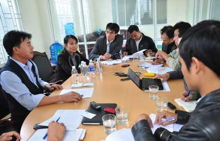 Ông Mai Hồng, Phó Ban Quản lý dự án, Phó tổng Giám đốc Công ty cổ phần dây cáp điện Tân Cường Thành (mặc áo xanh bìa trái) tại buổi làm việc với báo chí chiều 8/1