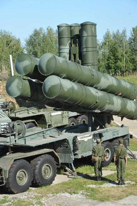 S-400 Triumph (NATO đặt tên SA-21 Growler) là phiên bản nâng cấp từ hệ thống tên lửa đất đối không lưỡng tầm (tầm trung và tầm xa) đất đối không (Surface to Air Missile – SAM) S-300