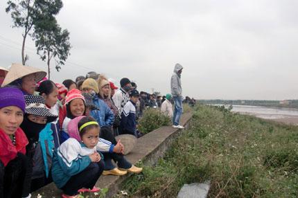 Ngày 5/1/2012, hàng nghìn người dân đứng trên đê theo dõi vụ cưỡng chế Ảnh Minh Khang