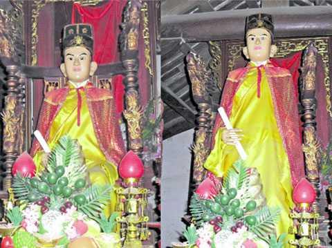 Bức tượng Đức Linh Lang Đại vương có thể ngồi xuống (trái) và đứng lên (phải)