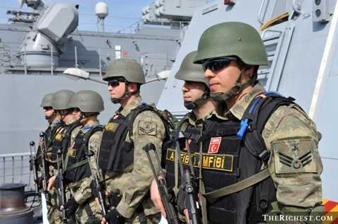 Thổ Nhĩ Kỳ - tại khu vực Địa Trung Hải, Thổ Nhĩ Kỳ nổi lên là một trong những cường quốc quân sự mạnh nhất. Hiện tại, ngân sách quốc phòng của Thổ Nhĩ Kỳ khoảng 18,2 tỷ USD, sở hữu gần 4.000 xe tăng, 1.020 máy bay và khoảng 13 tàu ngầm quân sự hoạt động