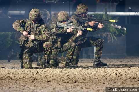Vương quốc Anh. Đến năm 2018, Vương quốc Anh sẽ giảm số lượng binh lính xuống khoảng 20%, tuy nhiên, điều này không làm giảm sức mạnh quân sự của quốc gia này khi họ tăng cường khá nhiều về công nghệ quân sự