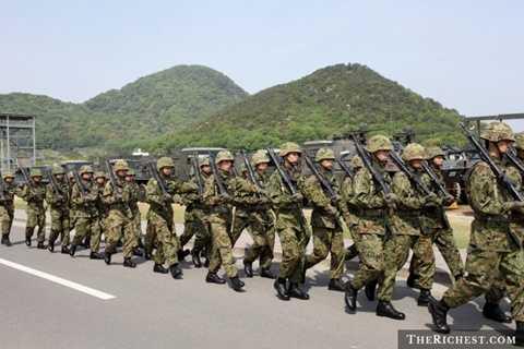 Nhật Bản. Nhật Bản không sử dụng nhiều binh lính nhưng họ có các trang bị quân sự hiện đại. Ngân sách quốc phòng của quốc gia này là khoảng 50 tỷ USD.