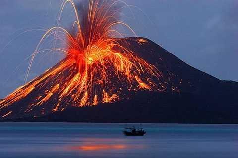 Krakatoa là một đảo núi lửa thuộc Vành đai lửa Thái Bình Dương, nằm giữa đảo Sumatra và Java của Indonesia