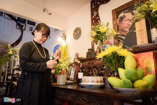 Sáng sớm 1/4, ngôi nhà của cố nhạc sĩ Trịnh Công Sơn tại số 47C đường Phạm Ngọc Thạch (TP HCM) lại mở rộng cửa để đón bạn bè thân hữu và khán giả đến thắp nén nhang trong ngày giỗ lần thứ 15 của ông. Từ sáng sớm, em gái cố nhạc sĩ - bà Trịnh Vĩnh Trinh chọn bộ áo dài đen để đi viếng mộ anh trai tại nghĩa trang Gò Dưa (Thủ Đức-TPHCM), sau đó bà quay trở về nhà để tiếp khách.
