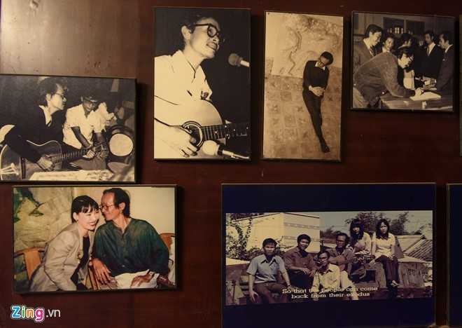 Đó là những khoảnh khắc ông phiêu cùng âm nhạc, sáng tác hay rong chơi cùng những người bạn tri kỷ. Bức ảnh ông chụp cùng em gái (góc dưới bên trái) gợi nhớ nhiều kỷ niệm đẹp.