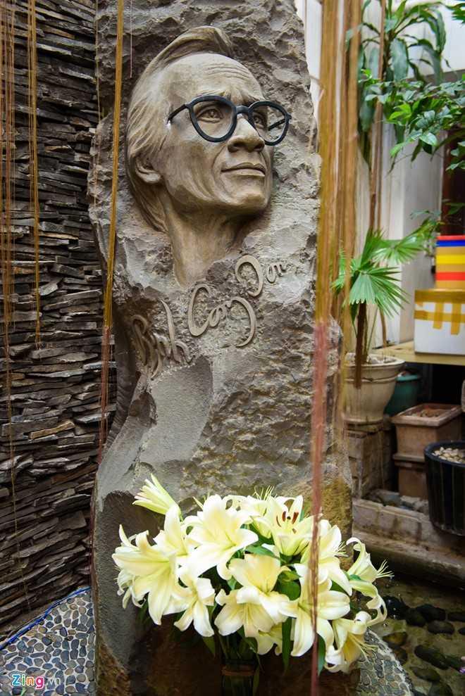 Bức tượng chân dung Trịnh Công Sơn được đặt giữa suối nước, dưới tán cây xanh lá cũng như một lời nhắn nhủ, nhạc Trịnh không ồn ào nhưng có sức sống vô cùng mạnh mẽ.