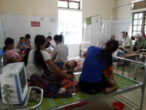 Các em học sinh được điều trị tại bệnh viện huyện Thanh Chương.