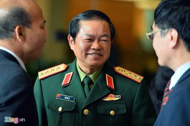 Đại tướng Đỗ Bá Tỵ bên hành lang Quốc hội. Ảnh: Hoàng Hà.