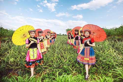 """Gần đây, học sinh Việt đang rộ lên trào lưu chụp ảnh kỷ yếu vừa đẹp, ý nghĩa lại vừa độc lạ và chất chơi. Những bộ hình theo phong cách dạ hội, du lịch hay cover bộ phim đình đám """"Hậu duệ mặt trời""""… đã phá tan kiểu chụp ảnh kỷ yếu truyền thống, khiến cộng đồng mạng không ít lần phải trầm trồ về độ chịu chơi của học sinh Việt."""