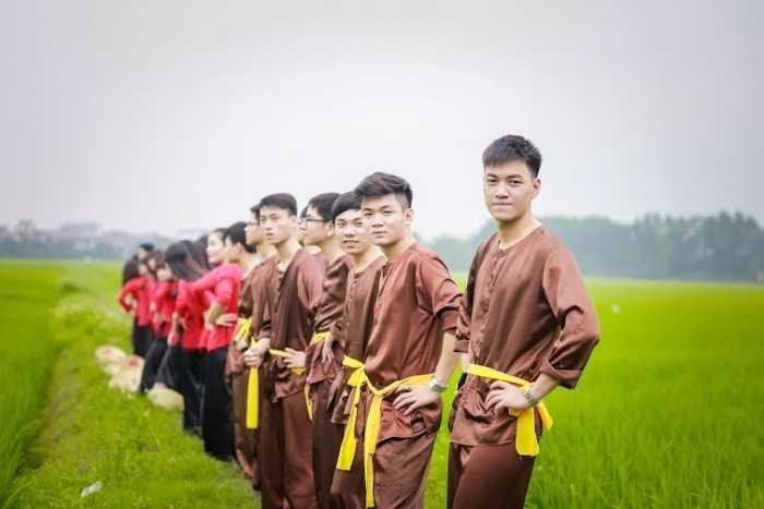 Nhằm lưu giữ lại những khoảnh khắc của quãng thời gian học sinh, tập thể lớp 12A3 trường THPT Ngô Sĩ Liên - Bắc Giang đã thực hiện bộ ảnh kỷ yếu nông thôn vui nhộn, nhí nhảnh.