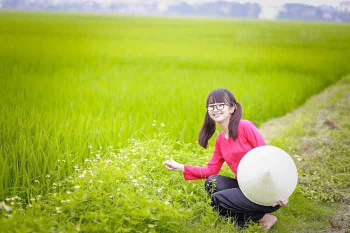 Để thực hiện bộ ảnh, các bạn học sinh đã đi tìm khung cảnh phù hợp và không ngại lăn xả trên cánh đồng để có những khoảnh khắc đẹp nhất.