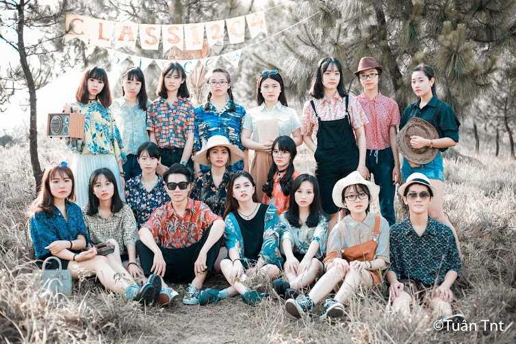 Nhằm tái hiện lại hình ảnh thập niên 70, lớp 12C4 trường THPT Uông Bí - Quảng Ninh lên ý tưởng chụp bộ ảnh kỷ yếu với phong cách thời trang độc đáo, ấn tượng.